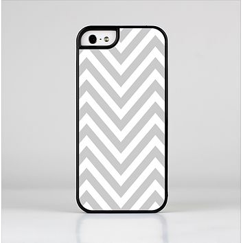 The Gray & White Sharp Chevron Pattern Skin-Sert Case for the Apple iPhone 5/5s
