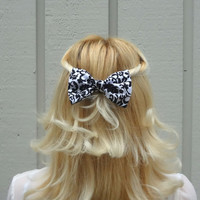 Black and white damask bow hair clip - bow barrette - medium size - kawaii - feminine