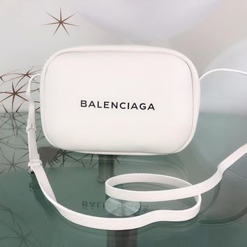 DCCK 1564 BALENCIAGA EVERYDAY Wrestled cowhide camera bag White