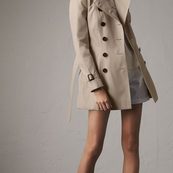The Chelsea – Short Heritage Trench Coat in Stone - Women | Burberry