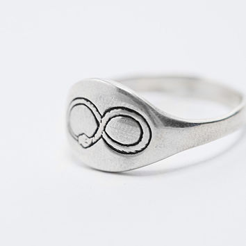 Talon Ouroboros Signet Ring in Silver - Urban Outfitters