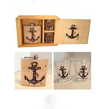 Anchor Print Down The Hatch Wooden Cover Flask & Shot Glasses Gift Set In Silver/Natural Wood|Thirteen Vintage