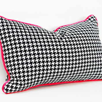 "Lumbar Pillow Cover - 12"" x 20"" - Classic Houndstooth - Black and White with Fuschia Velvet Piping"