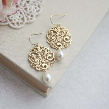 Gold Paisley with Ivory Pearls Chandelier Drops Filigree Earrings, Bridesmaid Gift, Ivory and Filigree Gold, Bridesmaids Gift. Pearl Wedding