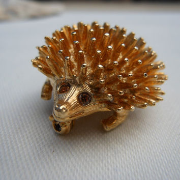 Hedgehog Pin Signed Sarah Coventry Gold Tone Amber Eyes 1980s Woodland Animals Forest Friends Animal Porcupine Brooch 6047 Vintage Jewelry