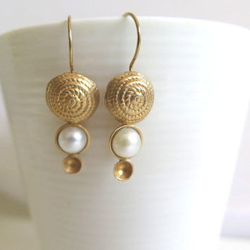 Bridesmaid gift ideas, Wedding Pearl jewlery, Pearl accessories, Spiral earring, Gold Pearl earring, Delicate Pearl earring, Bride jewelry