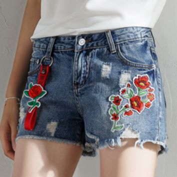 2018 new hole denim shorts loose wild embroidered flowers hot pants 3 points shorts