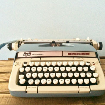 Working smith corona classic 12 manual typewriter near mint condition with case