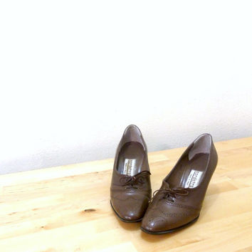 Vintage Brown Spectator Pumps / Oxford Heels / Pointed Toe Shoes / Italian Leather Shoes 5.5B / UK 3 / Europe 35.5