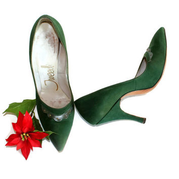 60s suede green heels. Emerald stilettos. Mad Men shoes. Pointy toe. High tapered heel. Size 6. Scallop leather embellishment.