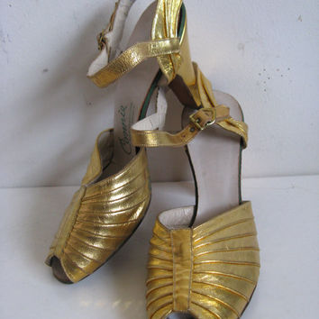 Vintage 1960s Gold Shoes 60s Open Toe Sandals Leather Womens Footwear 7