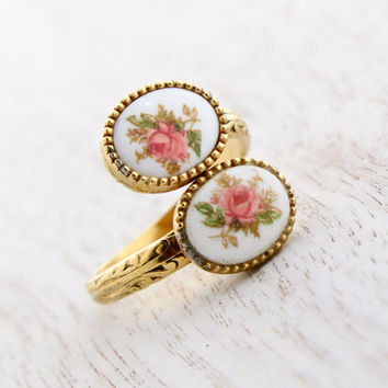 Vintage Ceramic Flower Bypass Ring - Retro Sarah Coventry 1970s Gold Tone Adjustable Sweet Briar Costume Jewelry / Romantic Roses