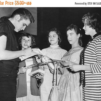 Winter Sale Elvis signs autographs in Minneapolis 1956, Elvis Presley, Photo Reprint