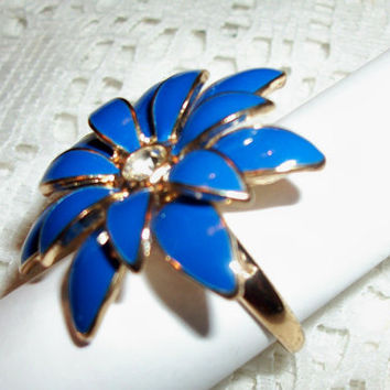 Blue Daisy Flower Enameled Gold Metal Ring Designer CN Signed Fashion Jewelry Mod 1970's Vintage Jewelry Women's Size 9+