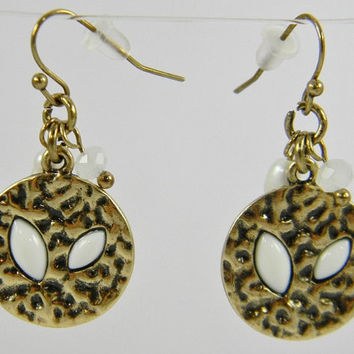 VINTAGE Style Pearl WHITE & Gold Capezio Shell Beads Hammered Pendant  Chandelier Hook  Earrings