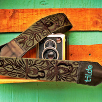 Leather camera strap with traditional Guatemalan embroidery - Canto de Pájaro (Song Bird) in Black Embroidery/Green Nylon
