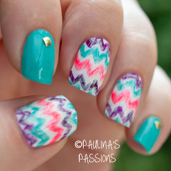 Washed-out chevron nails
