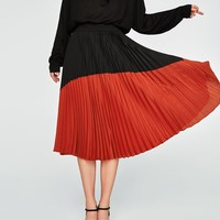 TWO-TONE PLEATED SKIRT DETAILS