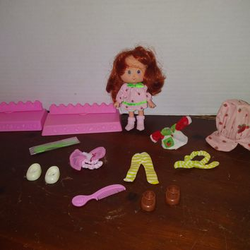 vintage 1991 strawberry shortcake doll with clothes
