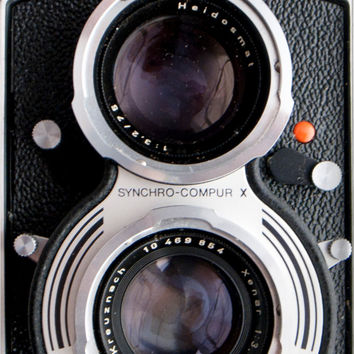 Old camera Samsung Galaxy case, classic Rolleicord model, vintage photography