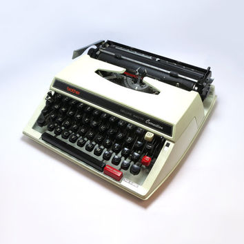 1970s Retro White Brother Deluxe 660 TR Correction Portable Manual Typewriter in Full Working Order. Including Plastic Carry Case.