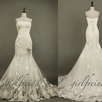 Elegant strapless pearl-white lace wedding dress