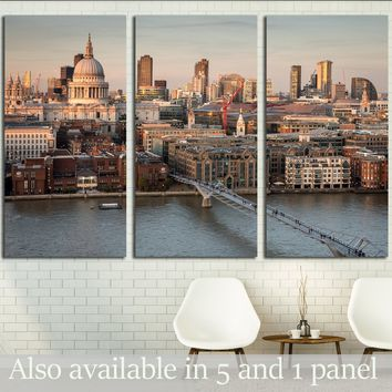 St. Paul's Cathedral and the City of London skyline     №2972