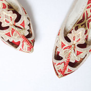 Vintage 1970s Gold Embroidery Indian Tassel Flats . Size 7
