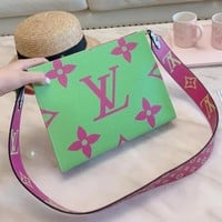 Louis vuitton popular shopping bag for casual ladies is a one-shoulder makeup bag with fashionable color-matching printing chain