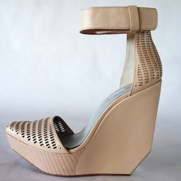 BCBG Max Azria Austin Wedge in Parfait Size 10M