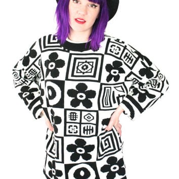 90s Graphic Daisy Sweater in Black and White / Vintage Oversized Geometric Op Art Club Kid Soft Grunge Sweater /  Size L/XL Extra Large