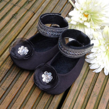 Black Baby Girl Shoes, Black Baby Booties, Fabric Baby Shoe, Felt Booties, Black Slippers. Black Soft Silk and Felt Mary Jane Baby Booties.