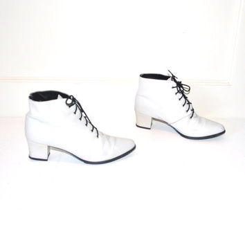 size 7 white leather ankle boots / vintage 1980s ROCKER pointy toe chunk heel lace up PIXIE witch booties