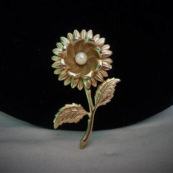 Estate Faux Pearl Center Gold Plate Open Face Daisy Flower Textured Leaves Vintage Pin 1960's