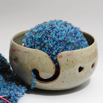 Pottery yarn bowl with Heart design, crochet bowl, ceramic yarn bowl, knitting bowl, modern yarn bowl, big yarn bowl