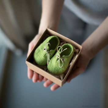 Pregnancy reveal Newborn booties Baby shoes in a box Baby shower gift Fresh green wool booties Felted unisex eco friendly shoes