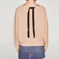SWEATER WITH A BOW IN THE BACK DETAILS