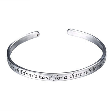 Fashion Mother Day Gifts Zinc Alloy Rhodium Plated bracelets A Mother Holds Her 2016 Child's Hand Heart Pendant bangles
