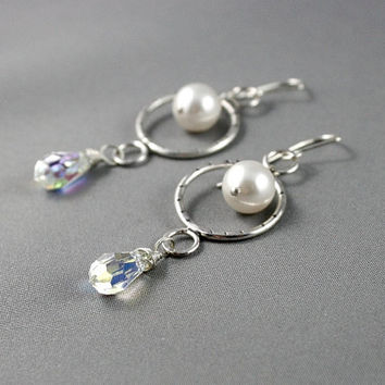 Bridal pearl earrings made of sterling silver, Swarovski crystals and Swarovski pearls. Wedding earings