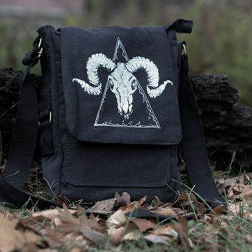 Vegan Ram Skull crossbody bag black