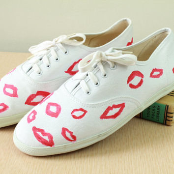 80s90s  - Novelty - Red Kiss Print - Lips - White Canvas - Lace Up Sneakers - Tennis Shoes - Keds Style - Ladies 10