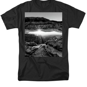 Supernatural West - Mesa Arch Sunburst In Black And White - Men's T-Shirt  (Regular Fit)