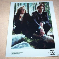 THE X FILES MULDER & SCULLY  KNEELING OUTDOOR PHOTO