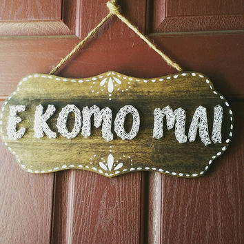 "E Komo Mai String and Nail Door Hanging Sign, Hawaiian ""Welcome"" Sign, Rustic Hand Painted Housewarming Gift"