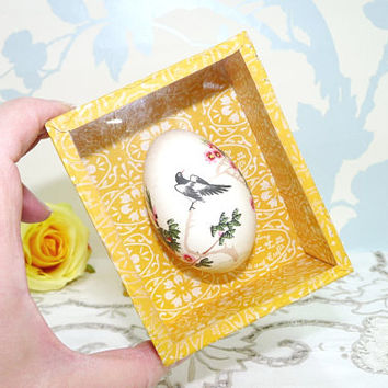 Oriental Painted Egg in Display Box, Hand Painted Bird and Foliage Design, Ducks Egg, Kwangtung Arts and Crafts, Kitsch Collectable, Egg 01