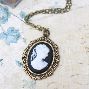 Cameo Necklace Black and White Lady Face Pendant Necklace Romantic Vintage Style Jewellery Nostalgic Monchrome
