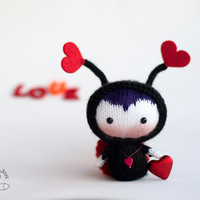Fall in Love Lady Bug Doll. Toy from the Tanoshi series. Knitting pattern (knitted round). St. Valentine day pattern.