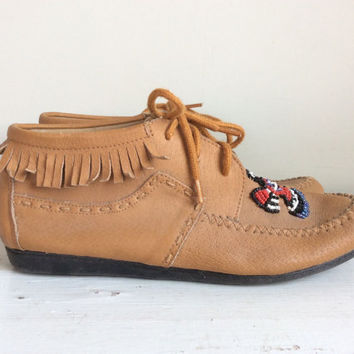 Vtg Leather Moccasins Ankle Boots Booties // Leather and Fringe Lace Up Flat Moccasins with Beadwork // Desert Boots // Womens Size 7.5