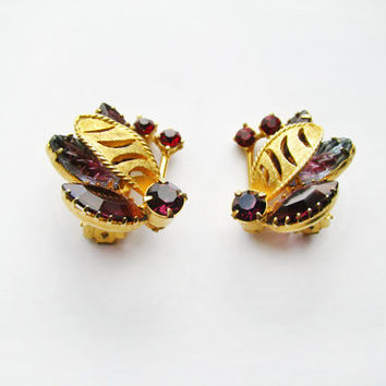 Vintage Rhinestone Earrings in Mauve and Ruby Red, Gold Tone - Boucles d'Oreilles.