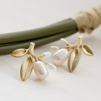 E0019 // Pearl Berry Earring - Gold // Bridesmaid Gift, Anniversary Gift, Birthday Gift